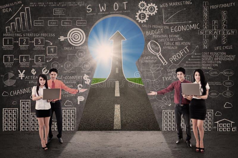 Concept de succès de route de vente de présent d'équipe d'affaires image stock