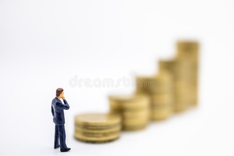 Concept de succession, de finances, d'affaires, d'argent, de sécurité et de économiser Fermez-vous des chiffres miniatures d'homm photos libres de droits