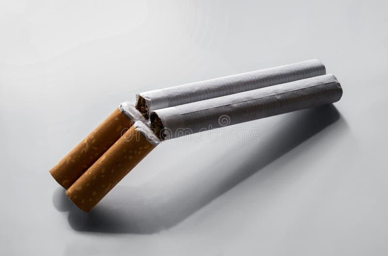 Concept de tabagisme Quit, deux cigarettes comme double fusil de chasse de baril images libres de droits