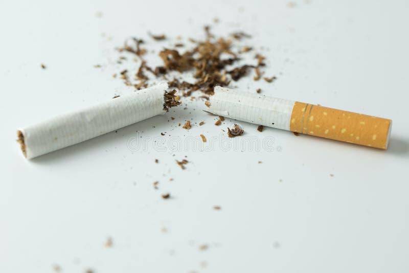 Concept de tabagisme Quit en cassant la cigarette image stock