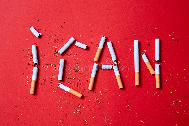 Concept de tabagisme stoppé ou d'arrêt L'écriture je peux des cigarettes image libre de droits