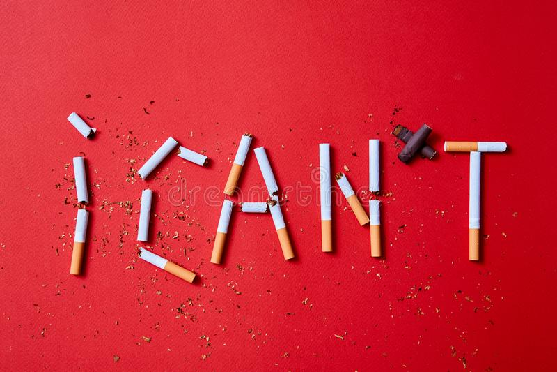 Concept de tabagisme stoppé ou d'arrêt L'inscription je ne peux pas des cigarettes sur un fond rouge photographie stock
