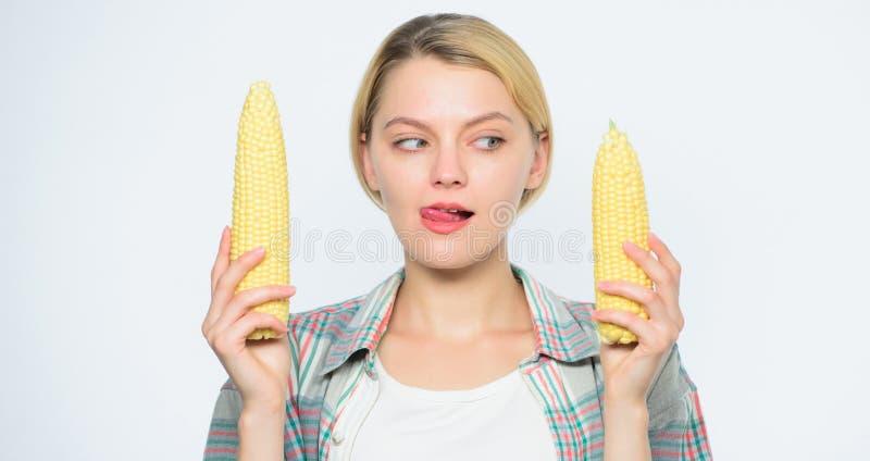 Concept de taille Dents saines Cultivant, fille d'agriculteur avec le ma?s Culture de ma?s vitamine et nourriture suivante un r?g photographie stock