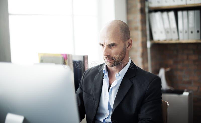 Concept de technologie d'Analysis Computer Searching d'homme d'affaires images stock
