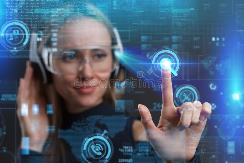 Concept de technologie d'Internet d'affaires La femme d'affaires choisit la petite gorgée image stock