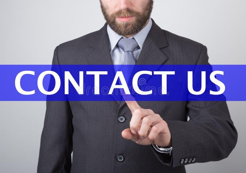 Concept de technologie, d'Internet et de mise en réseau - l'homme d'affaires appuie sur le bouton de contactez-nous sur les écran photos libres de droits