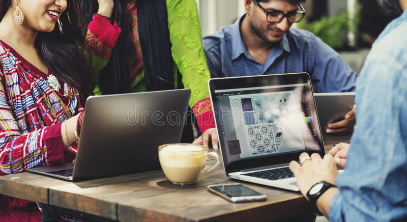 Concept de technologie de travail d'équipe d'étudiants photographie stock libre de droits