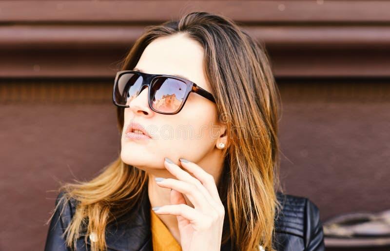 Concept de temps de coupure Madame a le repos pendant la pause-café Femme avec le visage de mode photographie stock
