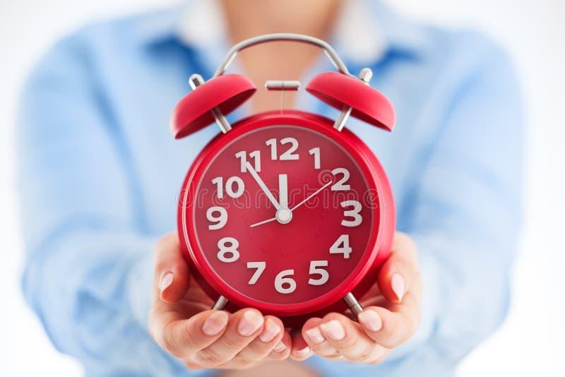 Concept de temps d'affaires Femme tenant le réveil en son Cl de mains image stock