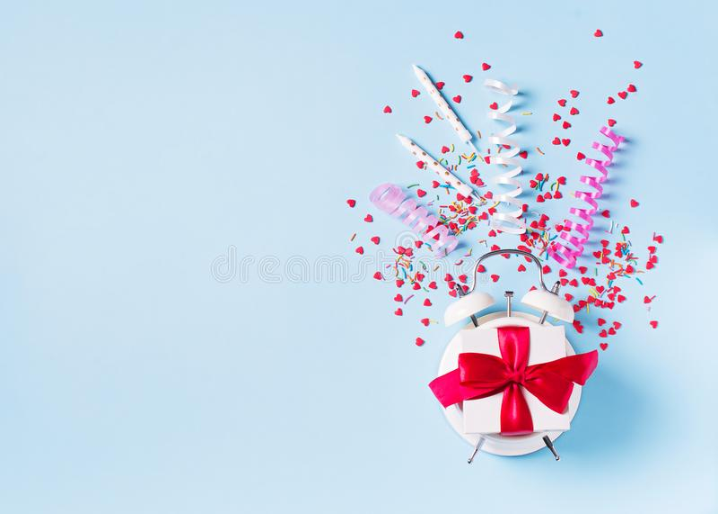Concept de temps d'anniversaire, de valentine et de partie sur le bakground en pastel bleu avec l'alarme images stock