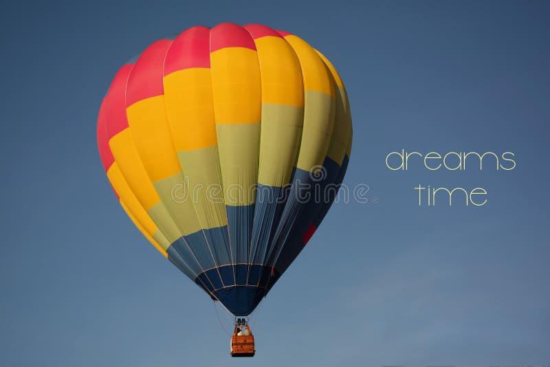 Concept de temps de rêves Ballon à air chaud coloré en ciel photos libres de droits