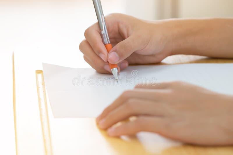 Concept de test d'éducation : Mains étudiants asiatiques uniforme thaïlandais tenant un stylo pour tester les examens écrire une  photos libres de droits