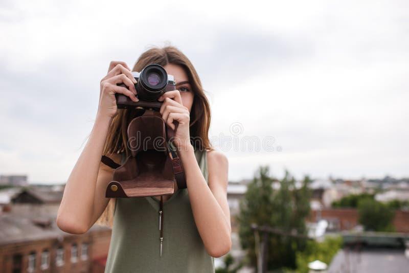 Concept de toit de photoshoot de femme de paysage urbain photographie stock libre de droits