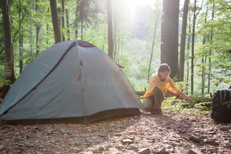 Concept de tourisme Camper et augmenter Tente d'arrangement de femme dans image libre de droits