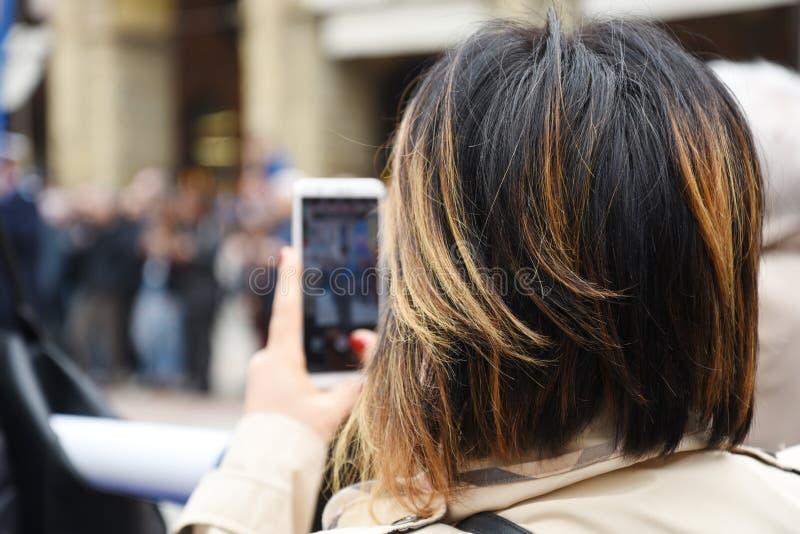 Concept de tourisme Voyage et techology Jeune femme prenant la photo sur son smartphone images stock