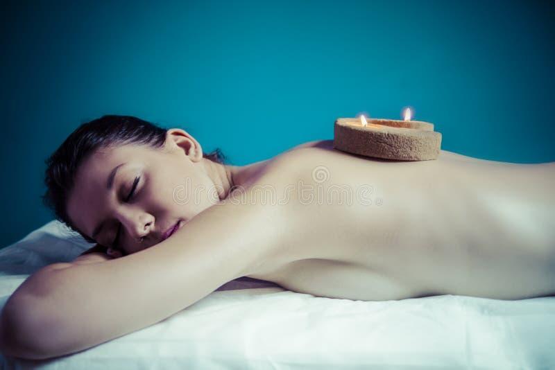 Concept de traitement de beauté. Masseur faisant le massage sur le corps de femme dedans image libre de droits