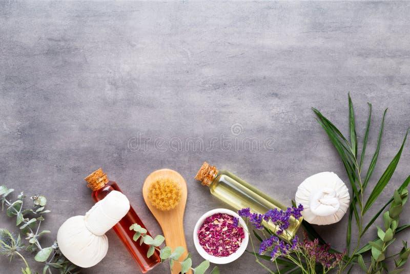 Concept de traitement de station thermale, composition ?tendue plate avec les produits cosm?tiques naturels et brosse de massage, photos stock