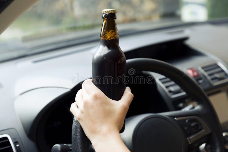 Concept de transport et de véhicule - whil potable d'alcool de femme photos libres de droits