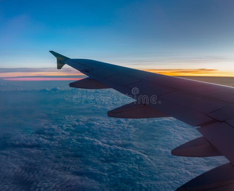 Concept de transports a?riens Nuage de Wing Above The Soft Cotton d'avion d'air pendant le lever de soleil photographie stock libre de droits