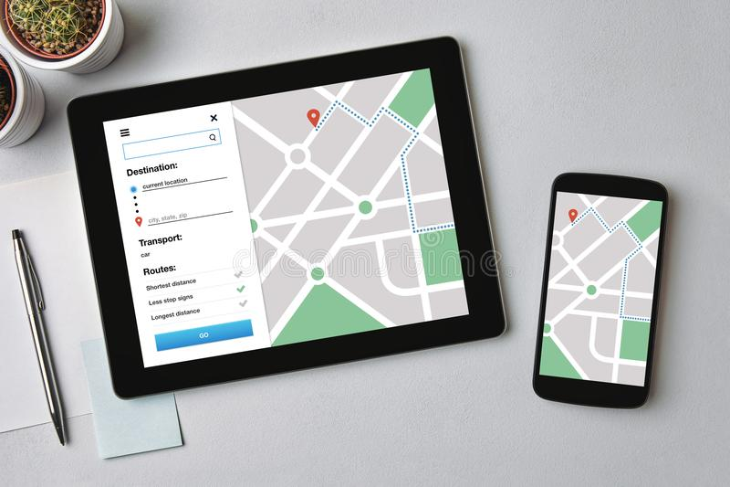 Concept de traqueur d'emplacement sur l'écran de comprimé et de smartphone GPS mA image libre de droits