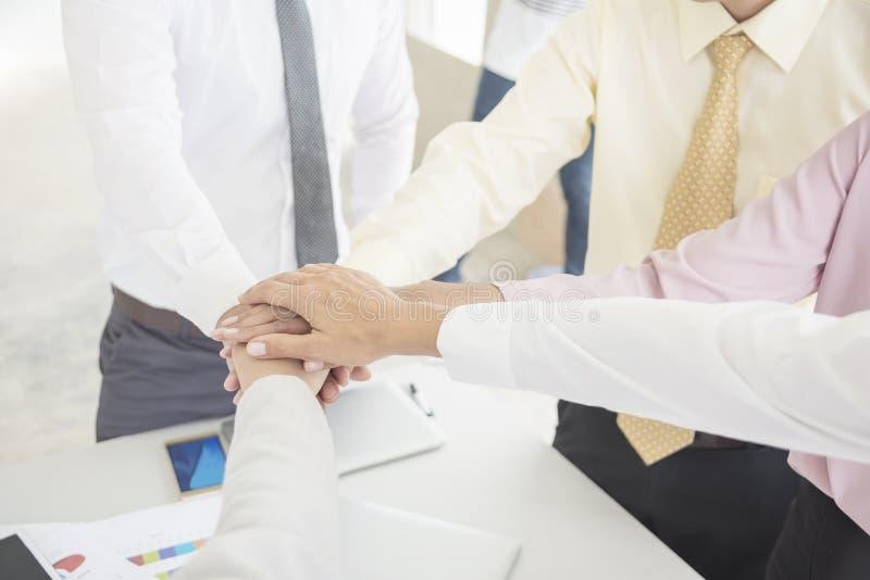 Concept de travail d'équipe d'affaires Gens d'affaires joignant le PS d'équipe de mains photos libres de droits