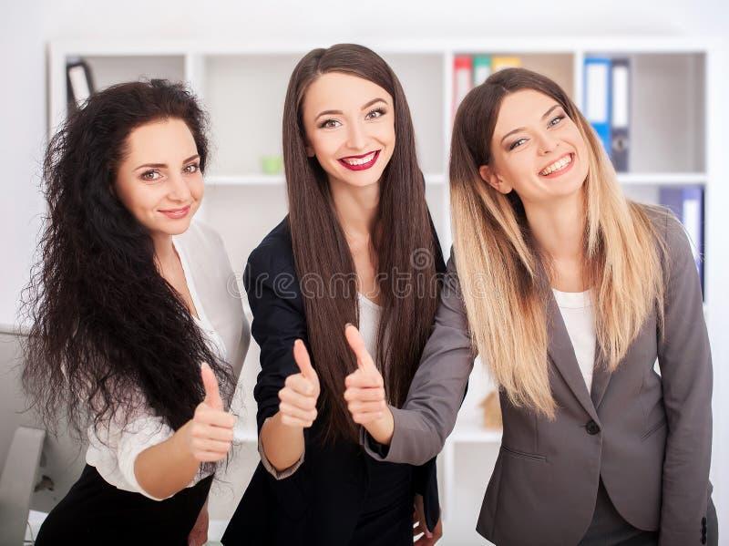 Concept de travail d'équipe, faisant un brainstorm Équipage d'homme d'affaires travaillant avec n photographie stock