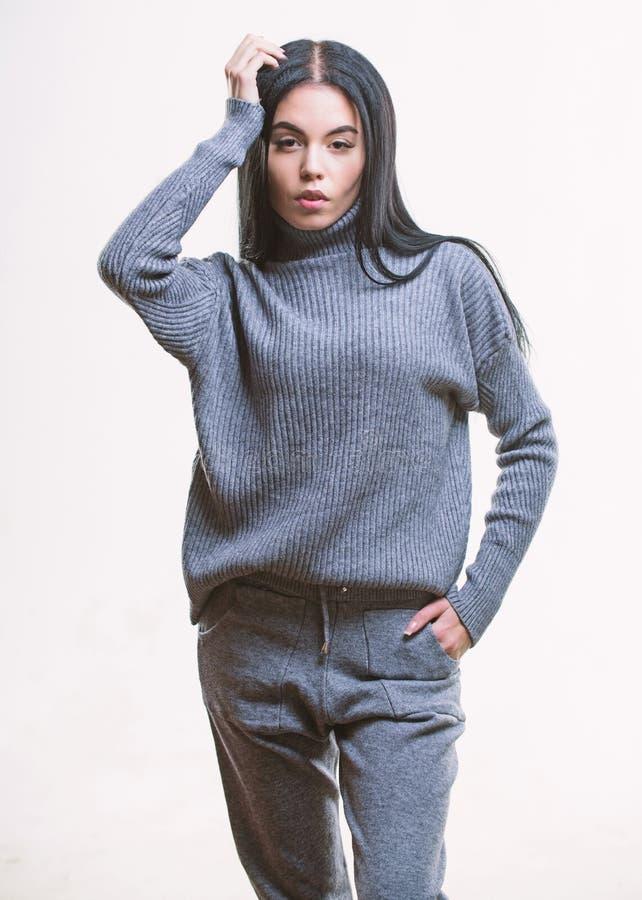 Concept de tricots Sensation chaude et confortable La femme utilisent le chemisier et le pantalon gris de costume de textile V?te photo stock