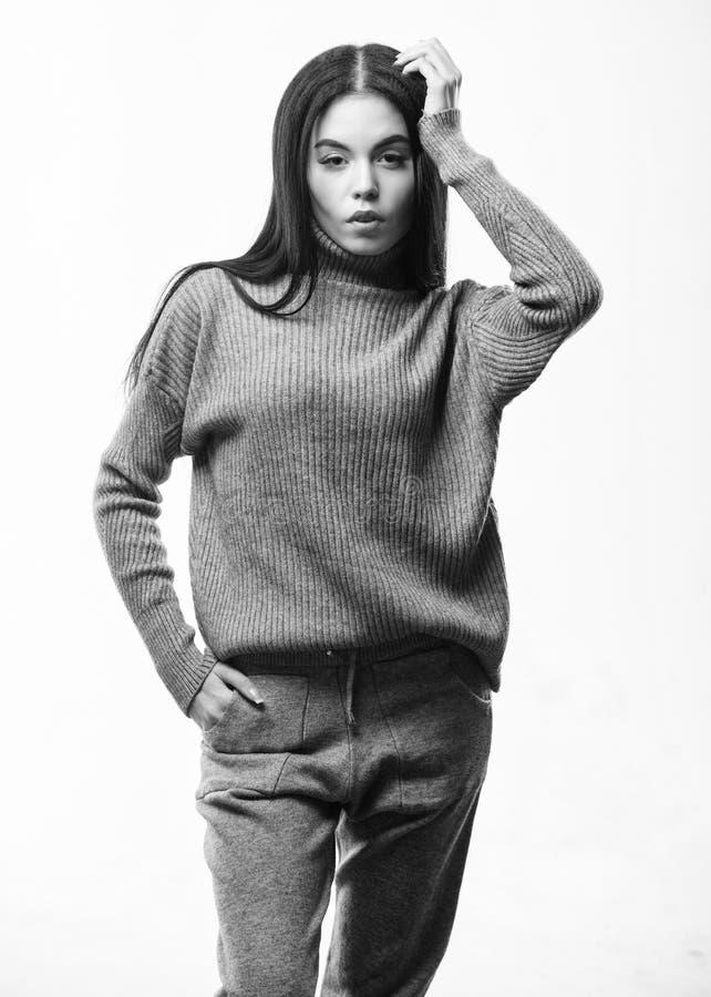Concept de tricots Sensation chaude et confortable La femme utilisent le chemisier et le pantalon gris de costume de textile V?te images libres de droits