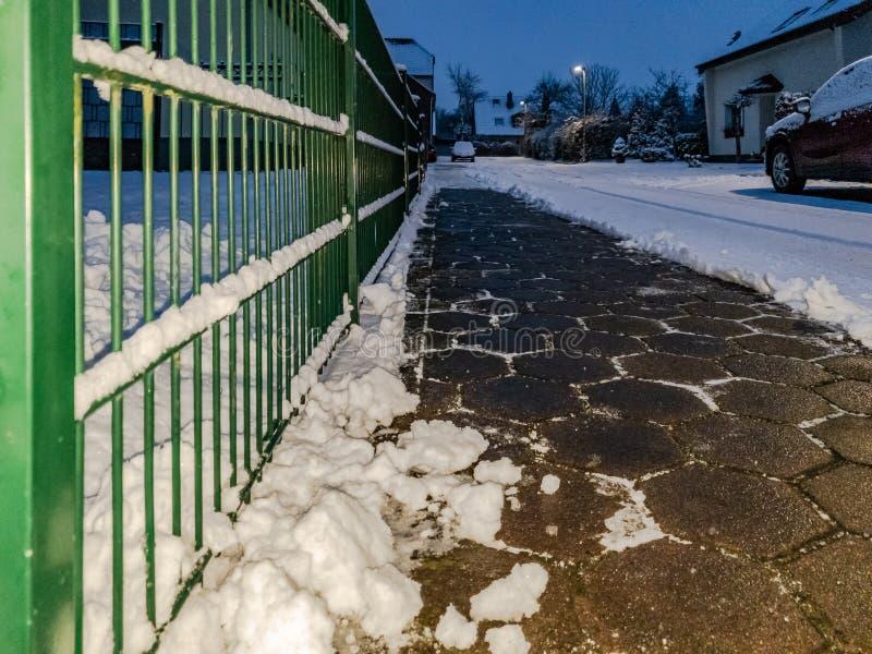 Concept de trottoir de pavé rond dégagé de la neige photo libre de droits