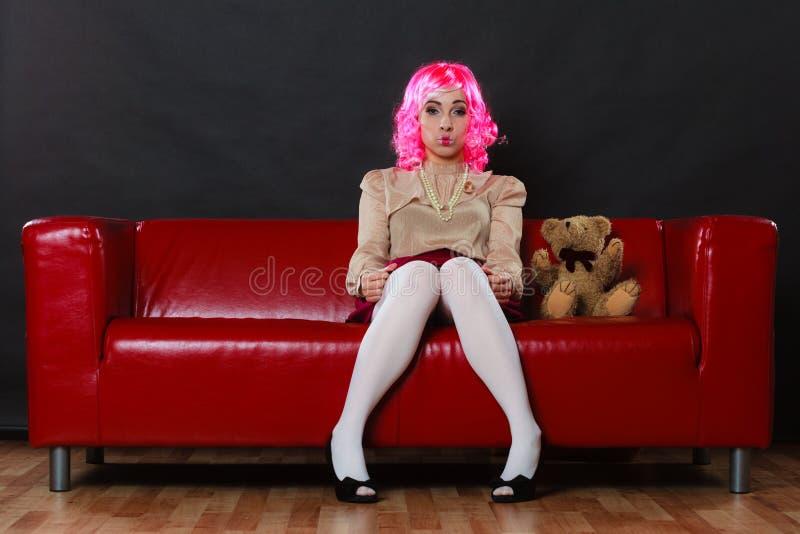 Concept de trouble mental Jeune femme enfantine portant comme la poupée de marionnette se reposant avec le jouet d'ours de nounou photos stock