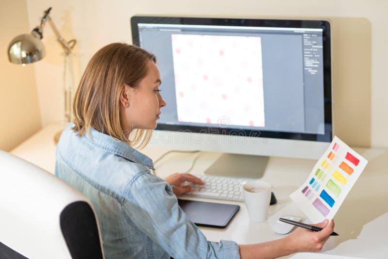 Concept de typo d'impression Travail avec la couleur sur le projet Concept de construction de Web ind?pendant Art photos stock