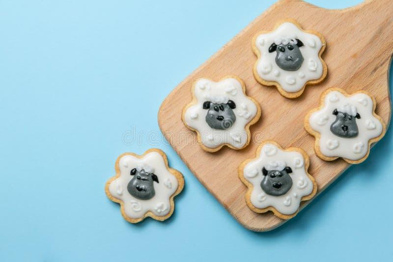 Concept de vacances d'Eid Ad-Adha Mubarak - biscuits formés comme des moutons photo stock