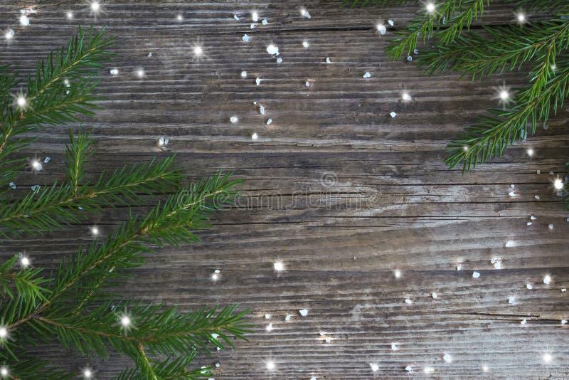 Concept de vacances d'hiver, cadre des cristaux de glace et flocons de neige et branches de sapin sur le fond en bois avec l'espa photographie stock