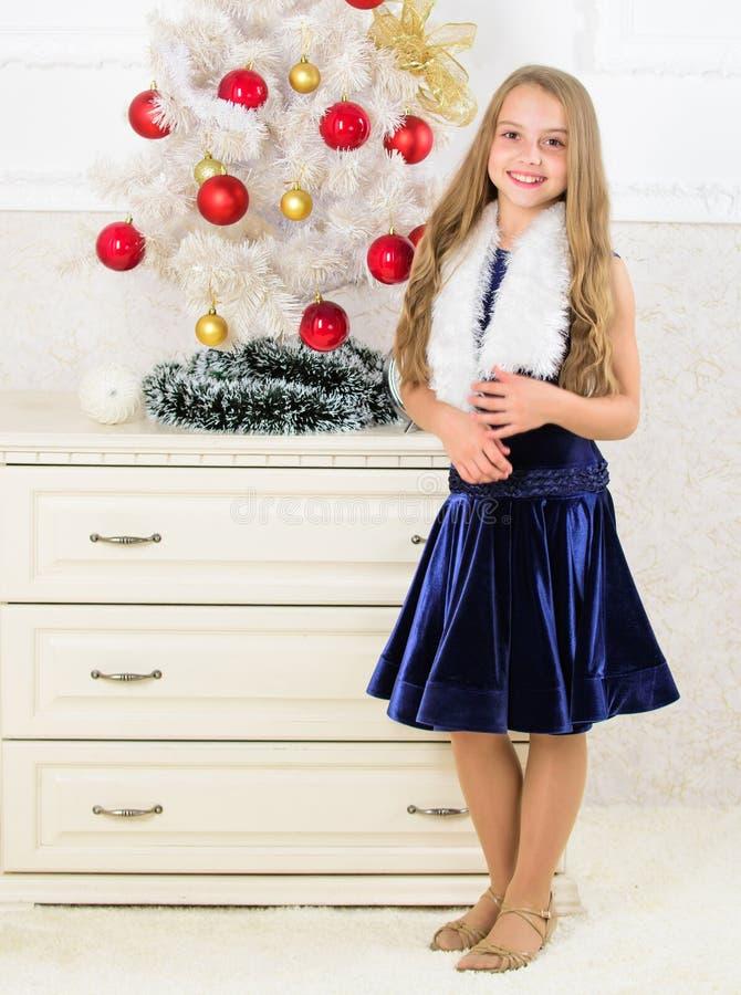 Concept de vacances de famille Époque de Noël très spéciale Écartez l'acclamation de Noël Enthousiaste gai d'enfant au sujet de l images libres de droits