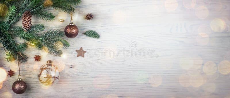 Concept de vacances de Joyeux Noël et de bonne année Plan rapproché de babiole pendant d'un arbre de Noël décoré avec le blanc photo stock