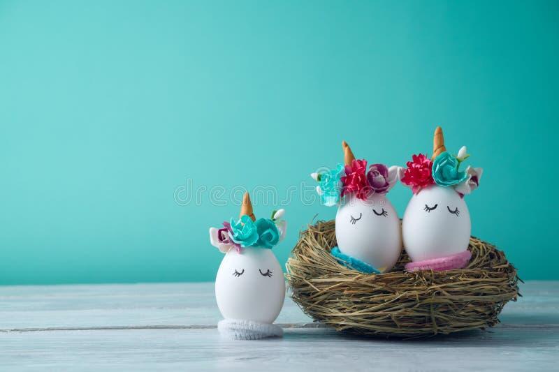 Concept de vacances de Pâques avec les oeufs faits main image libre de droits