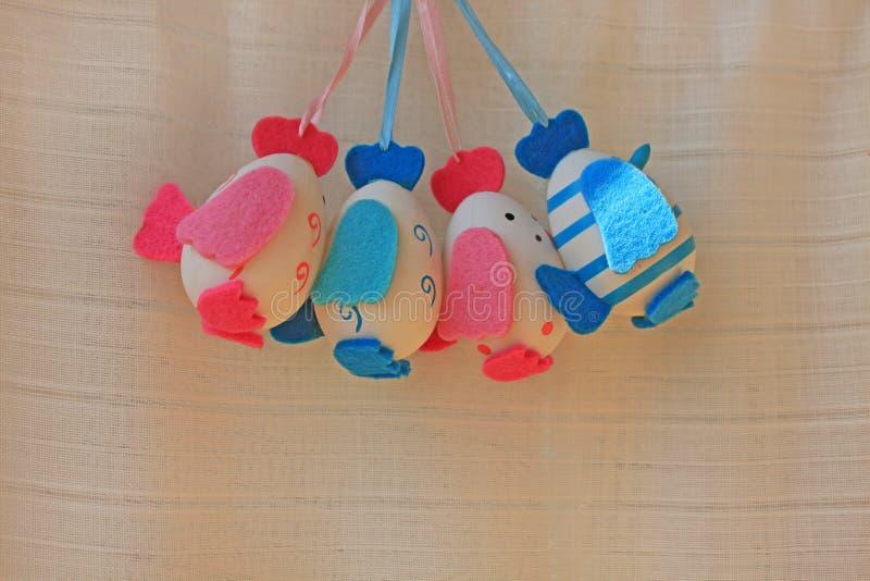 Concept de vacances de Pâques avec les oeufs faits main mignons, les poussins avec des ailes de feutre, la queue et la touffe photos libres de droits