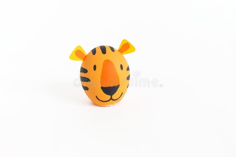 Concept de vacances de Pâques avec les oeufs faits main mignons : tigre orange image libre de droits