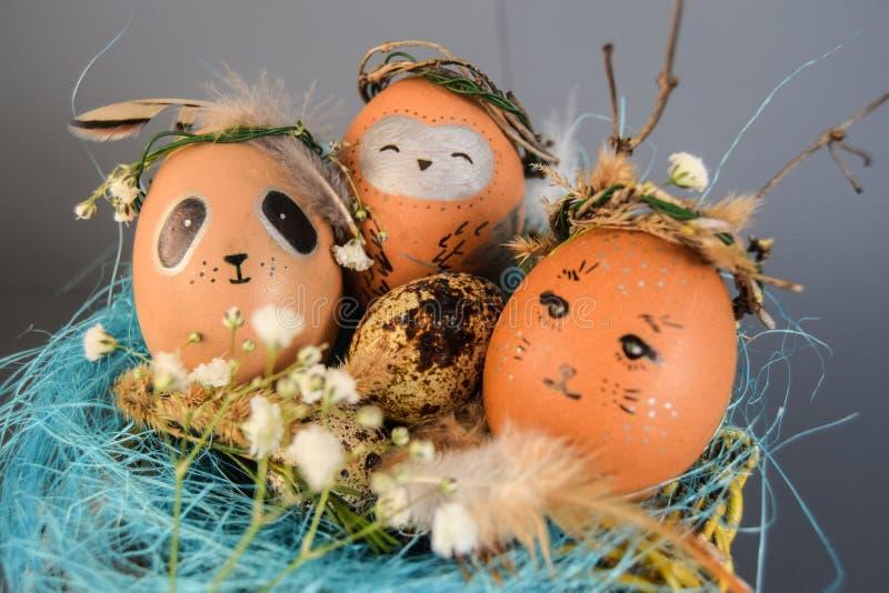 Concept de vacances de Pâques avec les oeufs, le lapin, les poussins, le hibou, le panda et les cerfs communs faits main mignons  images stock