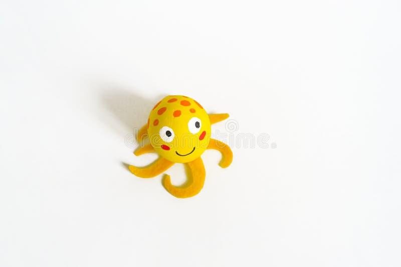 Concept de vacances de P?ques avec les oeufs faits main mignons : poulpe jaune d'animal de mer photo libre de droits