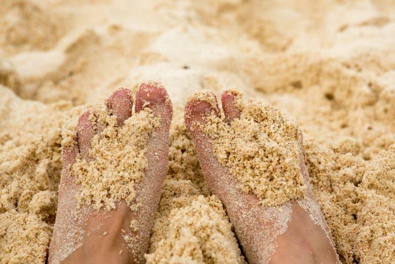 Concept de vacances Plan rapproché de pieds de femme détendant sur la plage, appréciant le soleil et la vue splendide photos libres de droits