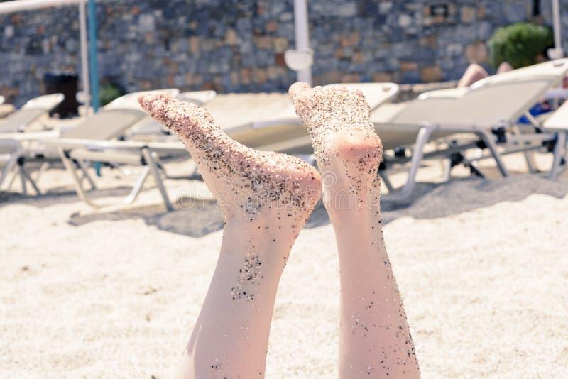 Concept de vacances Plan rapproché de pieds de femme détendant sur la plage, appréciant le soleil et la vue splendide photo libre de droits