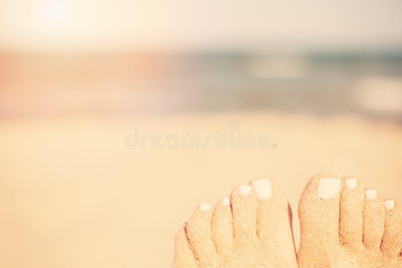 Download Concept De Vacances Plan Rapproché De Pieds De Femme Détendant Sur La Plage, Appréciant Le Soleil Et La Vue Splendide Pieds De Sa Image stock - Image du pied, concept: 77163487