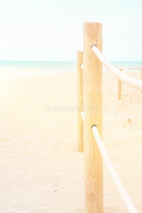 Concept de vacances de voyage d'?t? Ciel bleu rosâtre blanc d'océan de turquoise de sable de plage Sc?ne idyllique tranquille Bal photos libres de droits