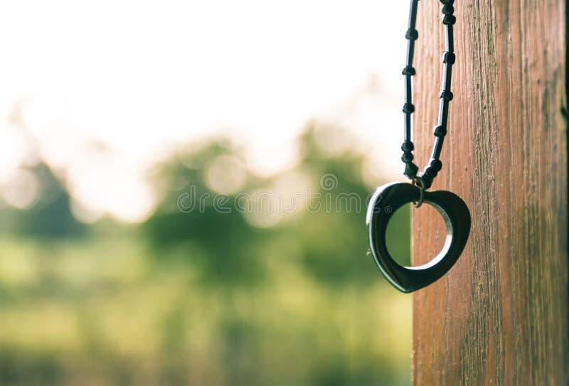 Concept de Valentine avec le pendant de coeur de plan rapproché image stock