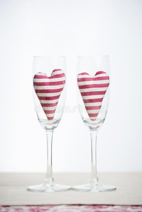 Concept de Valentine - verres de champagne avec des coeurs photos libres de droits