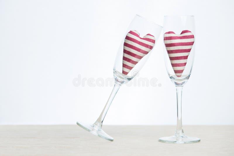 Concept de Valentine - verres de champagne avec des coeurs photographie stock libre de droits