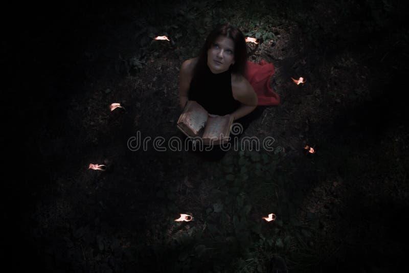 Concept de Veille de la toussaint Fée dans le noir Dans le witchy photo stock