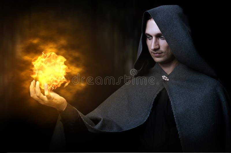 Concept de Veille de la toussaint. Magicien mâle avec l'aérolithe image stock