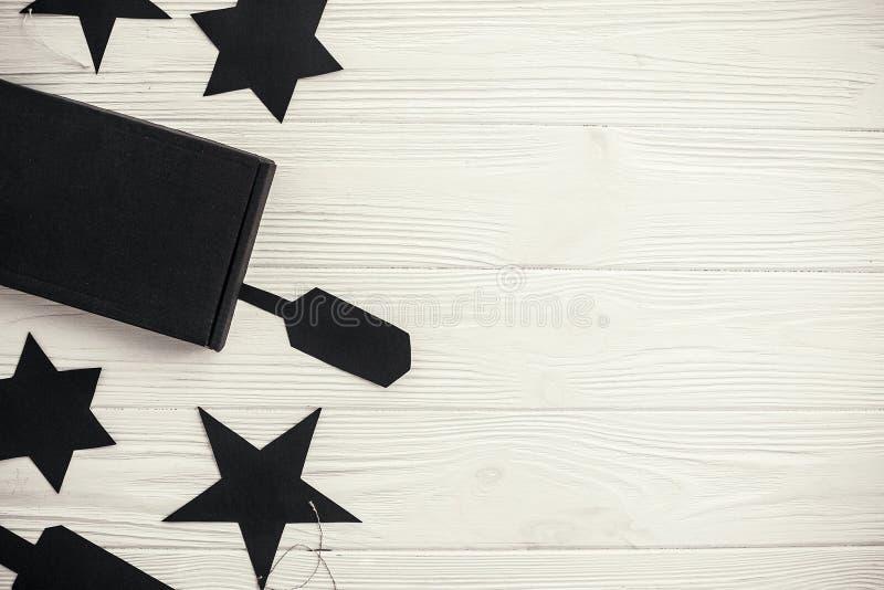 Concept de vente de Black Friday, configuration plate Boîte-cadeau noir et e noir photographie stock libre de droits